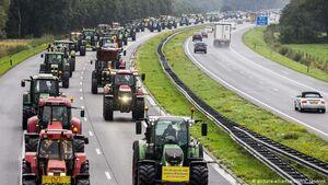 کشاورزان هلندی یک اتوبان را با تراکتور مسدود کردن