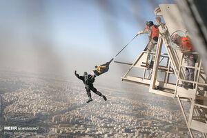 عکس/ پرش چتربازان نوپو از برج میلاد
