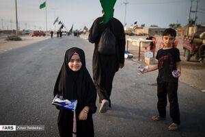 عکس/ پذیرایی خادمان کوچک امام حسین(ع) از زائران