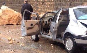 عکس/ ریزش مرگبار سنگ بر روی خودرو در کندوان