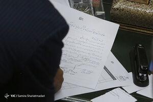 عکس/ جمع آوری امضا برای استیضاح وزیر نیرو