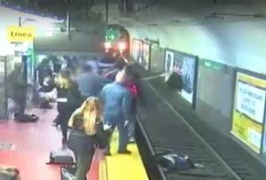 فیلم/ لحظه دلهره آور سقوط زن به ریل مترو!