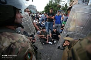 فیلم/ معترضان لبنانی پرچم دشمنشان را آتش زدند