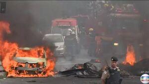 عکس/ سقوط هواپیما روی خودروها در برزیل