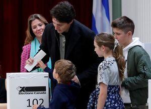 عکس/ نخست وزیر کانادا به همراه خانواده رای داد