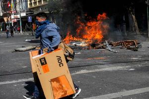 غارت فروشگاه ها توسط معترضان در شیلی