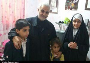 """دیدار صمیمانه سرلشکر سلیمانی با خانواده شهید """" سعد""""+عکس"""