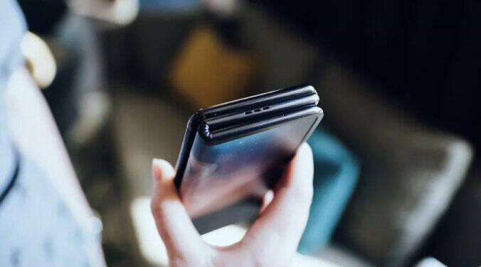 رونمایی از یک موبایل تاشوی عجیب با ۲ لولا و ۳ نمایشگر! +تصاویر