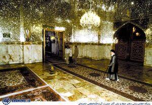 تصاویر کمتردیدهشده از رهبر انقلاب در حرم امام رضا(ع)