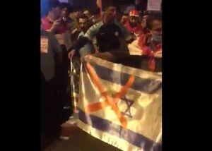 فیلم/ به آتش کشیدن پرچم آمریکا و اسرائیل توسط معترضان عراقی