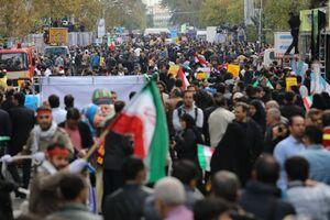 اهتزار پرچم استکبارستیزی در دهه پنجم انقلاب/ از حضور روح الله زم تا محاکمه سران آمریکا در راهپیمایی امروز +عکس