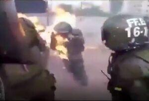لحظه آتش گرفتن دو پلیس زن شیلی