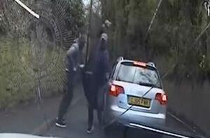 فیلم/ حمله سارقان دیوانه به خودروی پلیس زن!