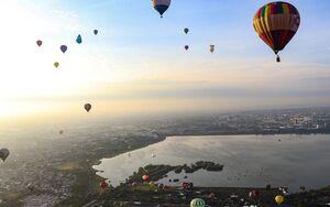عکس/ پرواز بالنها در آسمان مکزیک