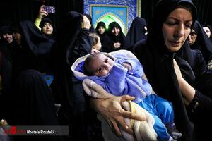 عکس/ آخرین دیدار فرزند ۴۰ روزه شهید اغتشاشات تهران با پدرش