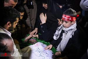 فیلم/ مداحی فرزند خردسال شهید اغتشاشات تهران کنار پیکر پدر