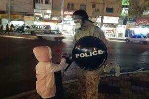 تقدیر مردم شهر قدس از حافظان امنیت با تقدیم گل +عکس