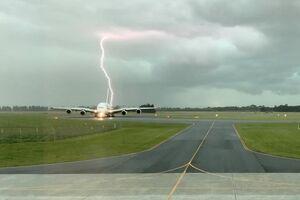 عکس/ برخورد رعد و برق به یک فرودگاه