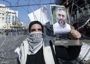 تصویر عماد مغنیه در دست معترضان لبنانی