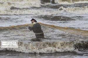 عکس/ صید ماهی در سرمای پاییز