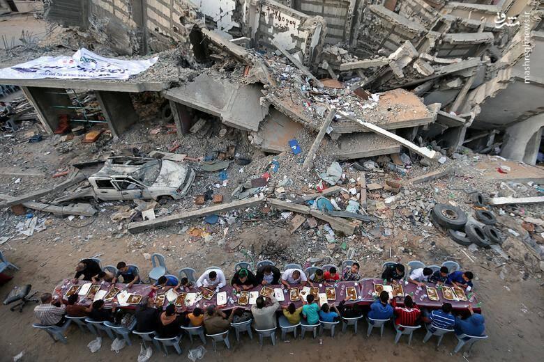 افطار دستهجمعی فلسطینیهای ساکن غزه در کنار خانههای تخریب شده در جریان حملات هوایی اسراییل/ 18 می 2019