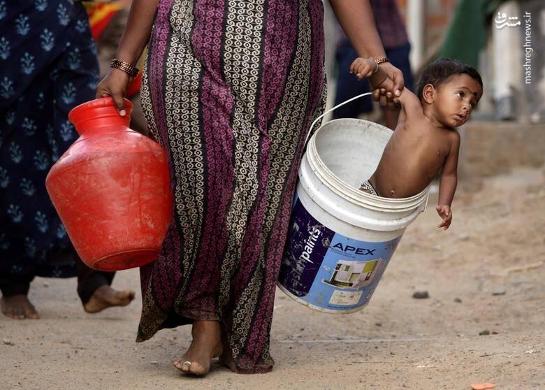 """مادر هندی در کنار تانکر توزیع آب در شهر """"چنای"""" هند/ 4 جولای 2019"""
