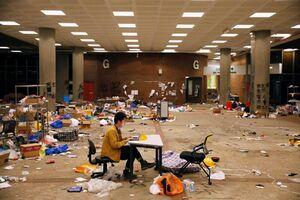 عکس/ خبرنگار هنگکنگی در حال ارسال گزارش پس از اعتراضات