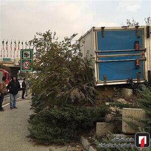 عکس/ واژگونی نیسان در بزرگراه یادگار امام(ره)