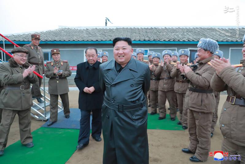 رهبر کره شمالی روز پنجشنبه که بر عملیات پرتاب دو موشک میان برد نظارت می کرد سبک سنتی لباسی که پدر و پدربزرگش رهبران پیشین کره شمالی آن را رعایت میکردند، کنار گذاشت و با یک پالتوی بلند مشکی ظاهر شد.