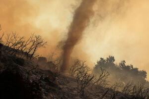 عکس/ گرد باد در خاکسترهای آتش آمریکا