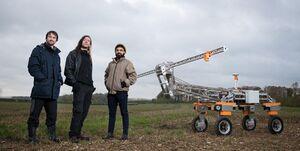 رباتی که علفهای هرز را با رعد و برق از بین میبرد +عکس