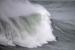 تصاویر دیدنی از موج سواری روی امواج خروشان