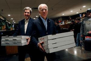عکس/ توزیع پیتزا توسط نامزد انتخاباتی