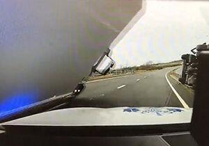 فیلم/ سقوط تریلی روی ماشین پلیس!