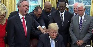 رهبر جنبش مسیحیان کاریزماتیک: ترامپ برگزیده خداست!
