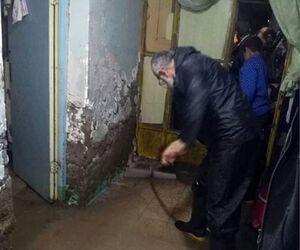 عکس/ کمک رسانی امام جمعه آبادان در خانه آب گرفته
