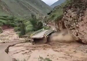 فیلم/ طغیان رودخانه و تخریب وحشتناک پل