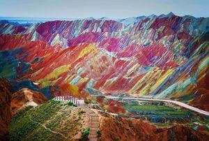 تصویری زیبا از کوه های رنگی در ایران