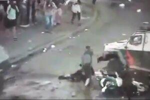 فیلم/ لِه شدن معترض بین دو ماشین پلیس!