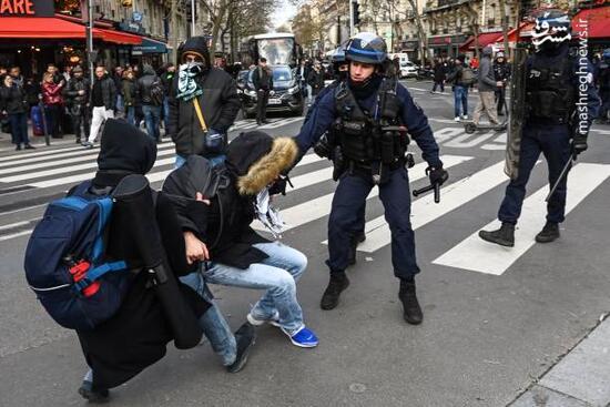 فیلم/ معترضان فرانسوی در یک قدمی ماکرون و همسرش