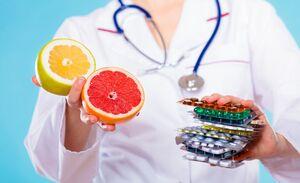 این مواد غذایی را نباید همراه با دارو بخورید