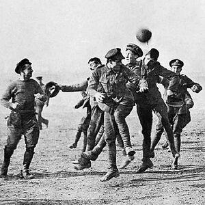 عکس/ فوتبال قویتر از جنگ