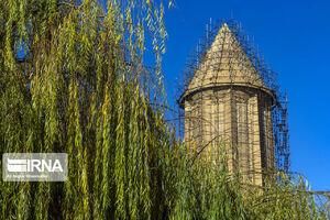 عکس/ چیدن علفهای هرز برج قابوس
