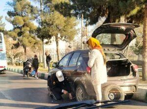 عکس/ اقدام قابل تحسین سرباز راهنمایی و رانندگی در مشهد