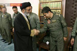 تصویری از شهید خلبان رحمانی در دیدار با حجت الاسلام والمسلمین آل هاشم