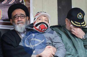 عکس/ فرزند خلبان شهید رحمانی در آغوش نماینده ولی فقیه