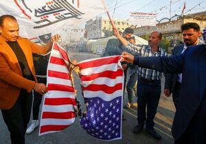 شهروندان عراقی درحال آتش زدن پرچم عراق مقابل سفارت آمریکا.