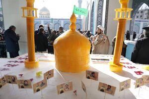 عکس/ توزیع کیک میلاد با سعادت حضرت زینب(س)