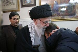 فرزند سپهبد سلیمانی در آغوش رهبر انقلاب