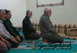 عکس/ اقتدای حاج قاسم به ابومهدی در نماز